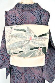 アイボリーに泰山木の蕾のような植物模様モダンな正絹紬洒落袋帯