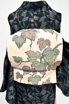 生成り色地に緑美しい葡萄文様浮かぶ紬つくり帯