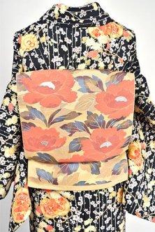 香色地にコーラルオレンジの牡丹の花美しいつくり帯