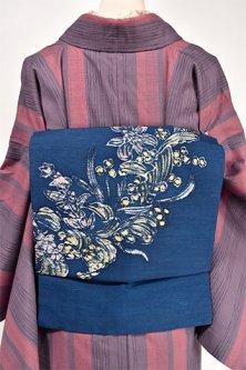 ディープロイヤルブルーにろうけつ染め風フラワーデザイン美しい紬つくり帯