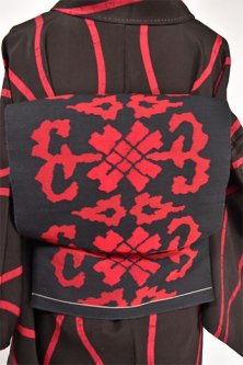 黒地に赤のコプト文様風フォークロアデザインモダンな名古屋帯