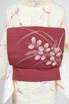 蘇芳香色地に萩の葉ゆれる紬開き名古屋帯