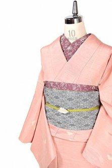 パウダリールージュピンクにライン刺繍のような幾何学模様とフラワーデザイン愛らしい正絹紬単着物