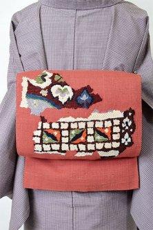 ブラウンルージュにボヘミアンファブリック装飾模様美しい紬開き名古屋帯