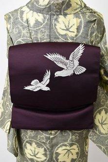 プラムパープルに鳩のような白い鳥美しい開き名古屋帯