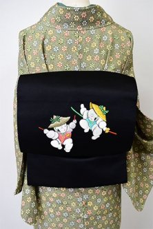黒地に踊る唐子の刺繍が小粋な開き名古屋帯