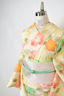 クリームイエローに地紋起こし花重ね染め模様美しい正絹袷着物