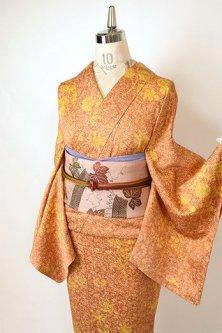 唐茶色紗綾形文様に花鳥文様美しく染め出された総模様付下げ着物