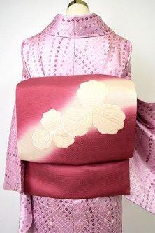 フランボワーズルージュのぼかし染めに三つ柏の刺繍美しい名古屋帯