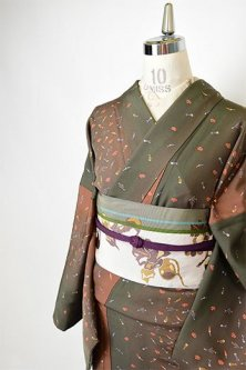 松葉色と唐茶のぼかし縞に野菜の散らし文様小粋な正絹縮緬袷着物