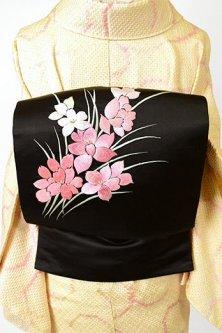 黒地にパウダリーピンクのフラワー刺繍美しい名古屋帯