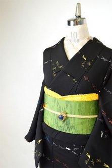 黒地に鳥や魚のようなカラフルモチーフモダンな正絹袷着物