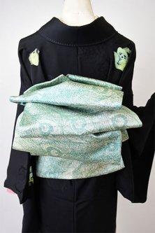 パウダリーグリーン金通し紗綾形と孔雀の羽美しい袋名古屋帯