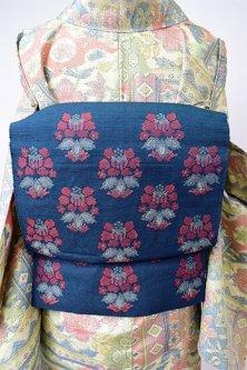 スモークネイビーにヨーロピアンファブリックのような装飾花模様美しい紬つくり帯