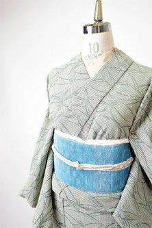 ベージュとグリーンの先染め松葉モダンデザイン小粋な綿化繊混夏紬調単着物