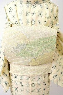 クリーム色に絵本のような楓の枝葉愛らしい波筬織本麻紗のつくり帯〔七緒掲載商品〕