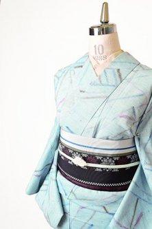フロスティブルーに蜻蛉のようなジオメトリックパターンモダンな夏紬調化繊単着物