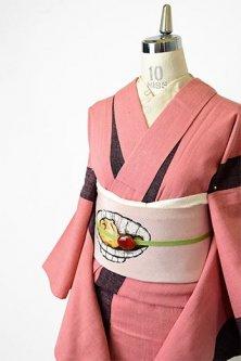 スモークピンクとチャコールブラックの切り替えストライプモダンな紬単着物