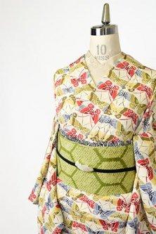 アイボリーに木版染のような蝶々愛らしい正絹縮緬袷着物