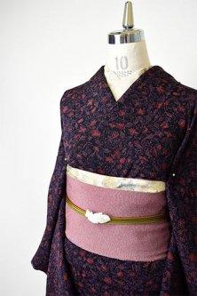 ネイビーブラックとセピアルージュのアラベスク美しい正絹縮緬袷着物