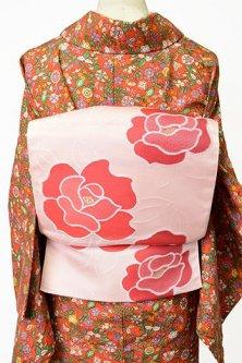 アイボリーピンクにコーラルルージュの薔薇の花美しい開き名古屋帯