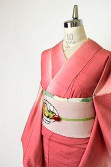 紅花ピンクルージュグラデーションストライプがモダンな正絹紬袷着物