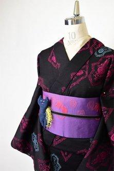 黒地に西洋の紋章のような装飾模様美しいウール単着物