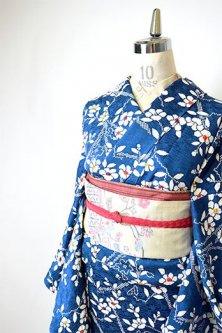 深い青に椿の花枝美しく浮かぶ袷着物