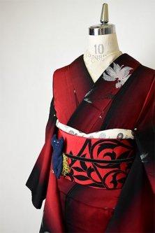 黒と赤のグラデーションストライプにロマンチックフラワー浮かぶ正絹御召袷着物