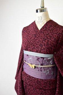 マルーンカラーに鳥のモチーフモダンな正絹縮緬袷着物