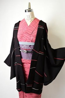 黒地にろうけつ染めのラインパターンモダンなレトロ羽織