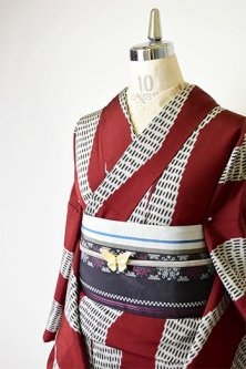 マルーンレッドにミッドセンチュリーじぐざぐ縞小粋な正絹御召袷着物