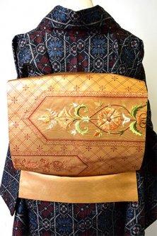 マスタードゴールドに幾何学染め模様とヨーロピアン刺繍美しい名古屋帯