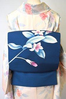ミッドナイトブルーにベルフラワーのような紫の花美しい額縁仕立て名古屋帯