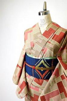エクリュベージュとスカーレットルージュのウッドパズル幾何学パターンモダンなウール単着物