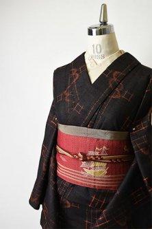 ブラックとオレンジのツバメ絣ストライプ小粋なウール紬単着物