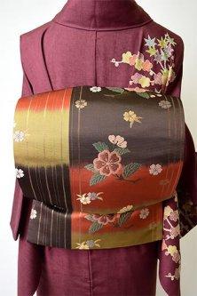 三色段違いに花と縞雅やかに美しい袋帯