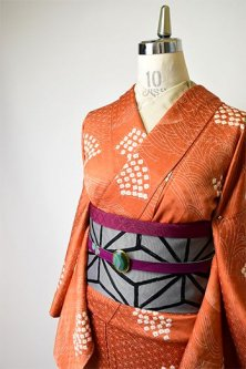 樺色地に波と鹿の子本絞り扇文様美しい正絹綸子袷着物