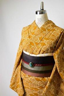 芥子色地に破れ蜀江と鶴文様小粋な正絹紬袷着物