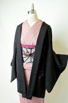 黒地にラズベリーパープルのグラデーションアラベスク刺繍美しいレトロ羽織