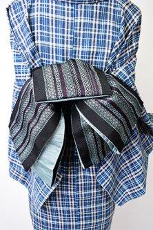 ステッチのような博多風装飾縞模様小粋な半幅帯(黒と青)