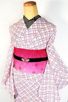 オフホワイトにスモークパープルとコーラルのフォークロアチェックモダンな化繊絽の夏着物
