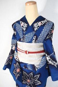 紺瑠璃地に風にふわりと揺れる鬘帯と楓葉美しい注染レトロ浴衣