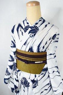 白地に紺の絣縞と南天蝶文が風雅な注染綿絽浴衣