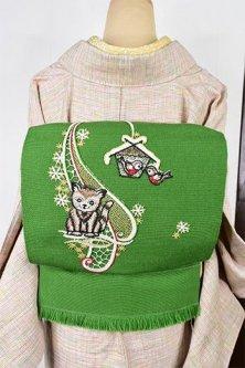 メドウグリーンに子猫と巣箱のボヘミアン刺繍愛らしいウール名古屋帯