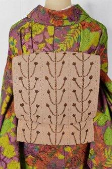 ベージュとブラウンの花枝装飾模様メルヘンチックな紬開き名古屋帯