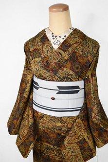 ブラウンベージュに四季の草花や家屋の切嵌染め模様小粋なしょうざんウール単着物