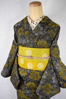 スモーキーグリーンとトパーズイエローのボタニカルデザイン美しいシルクウール風単着物