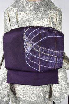 桑の実紫に螺旋のような絞り染め幾何学模様モダンな染縮緬名古屋帯