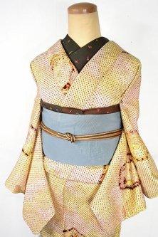 パウダリーハーバルブラウンに宝石のような亀甲紋様モダンな正絹総絞り袷着物